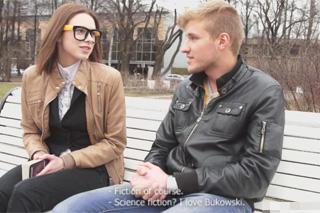 Borec sbalí Rusku na lavičce