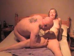 Vysquirtuje manželku v posteli