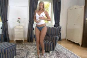 Česká blondýnka si sáhne na mušličku