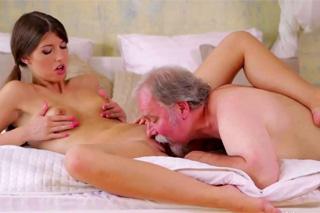 Dědeček přičichne k vůni kundičky