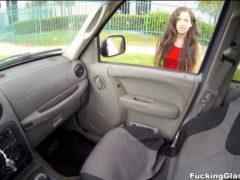 Odveze dívku ze školy