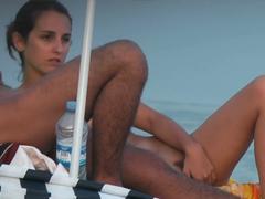 Dvacetiletí na nuda pláži