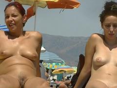 Nudistická nahá dívka