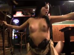 Rychlý prachy – barmanka Tara