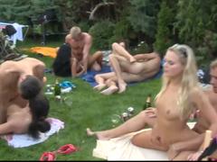 Češi uspořádají orgie na zahradě