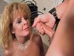 Vdaná milf podrží na pohovoru na sekretářku – squirt porno.