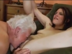 Nadržená babička zaučuje vnučku