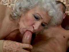 Babička s chlupatou kundou šuká vnuka