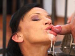 Vystříká milfce pusu mrdkou