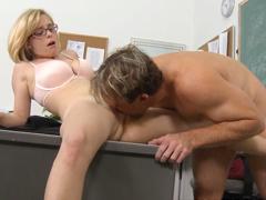 Učitelka píchá s otcem svého žáka