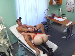 Český doktor vyšuká pacientku