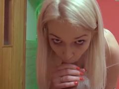 Česká bloncka si nechá vystříkat kundu