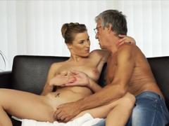 Česká brunetka podvede přítele s jeho fotrem