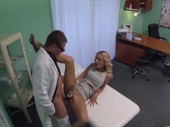 FakeHospital – blondýnka s vibroušem