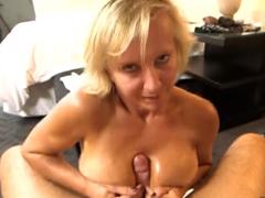 Nadržená mamina natáčí první porno