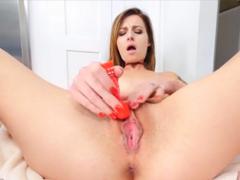 Ráda si mazlí svoji růžovou kundičku