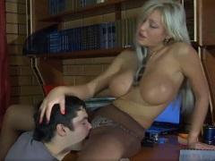 Zralá mamina se nechá vylízat od nevlastního syna