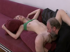 České porno – stařík olízne mladou kundičku
