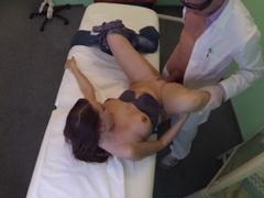 FakeHospital – pacientka má mokrý orgasmus