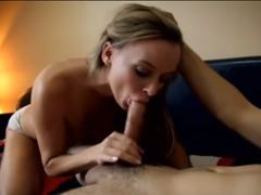 Sexy milfka sexuálně uspokojuje synáčka