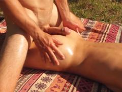 Na nudistické pláži to udělá své přítelkyni