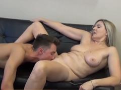 Chlapeček sleduje porno s nadrženou mámou